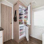 В чем разница между встроенным холодильником и простым?