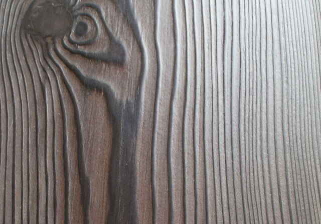 Пример деревянной детали, подвергшейся обработке методом браширования.