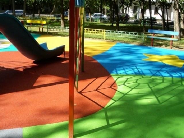 Разнообразные расцветки и возможность нанесение краски на различные материалы, в том числе на асфальтированные поверхности, позволяет сделать детские площадки яркими и красивыми