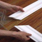 Как резать потолочный плинтус в углах с помощью стусла и без него